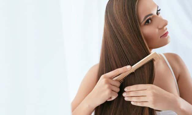Los beneficios de usar un peine de madera